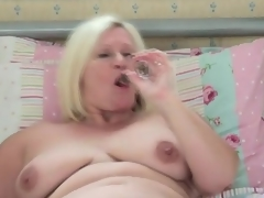 Chubby solo mom girl masturbates in daybed