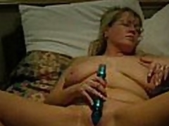 Good quality video and audio.  This mature blonde babe has her legs widen wide and a dildo stuck in her pussy.  That babe masturbates to orgasm.